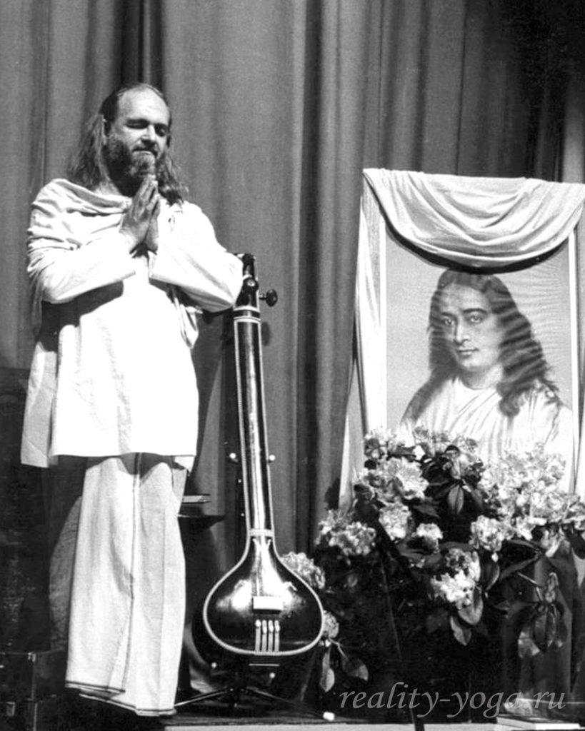 Криянанда кланяется Йогананде